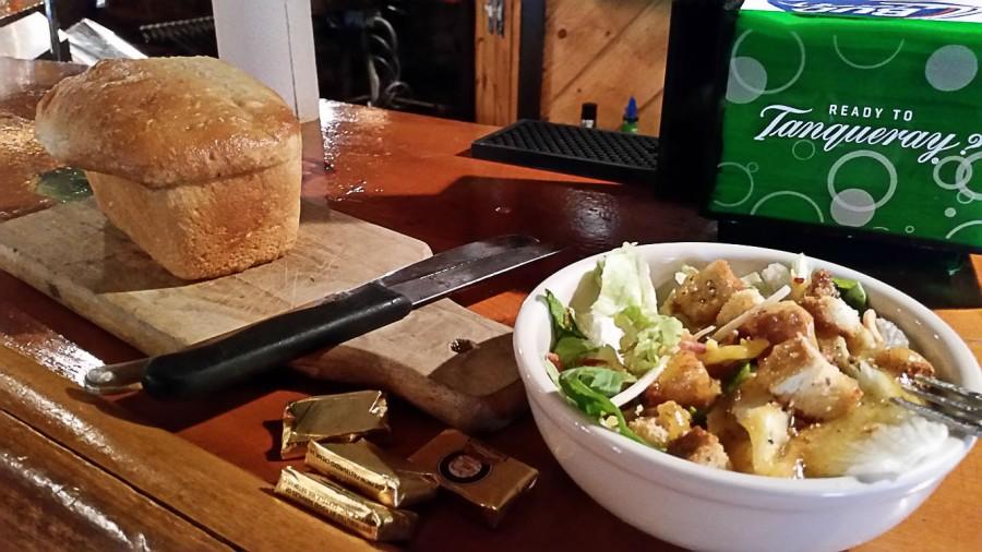 Beilagensalat und Brot